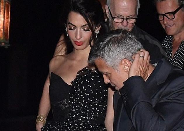 Amal Alamuddin: Ρομαντική βόλτα με τον σύζυγό της, φορώντας ένα υπέροχο φόρεμα 4.259 ευρώ! [pics]