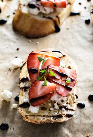 8 v - Light συνταγές με φράουλες: Γλυκά και αλμυρά πιάτα που θα κάνουν πιο απολαυστική τη δίαιτά σου