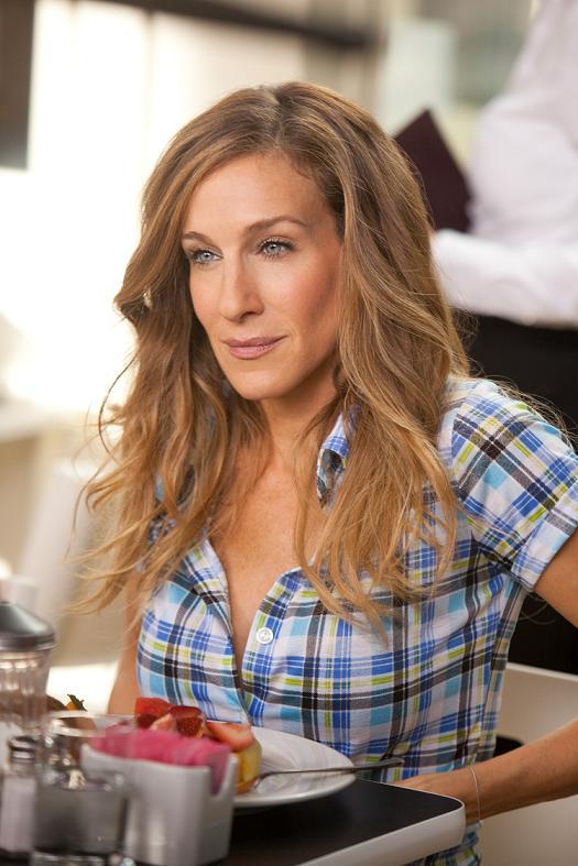 H Patricia Field κατάφερε να βρει το τέλειο καρό πουκάμισο για την Sarah  Jessica Parker στο Sex   The City 2 με ρίγα στον τόνο του μπλε που τονίζει  και ... 30089c02679