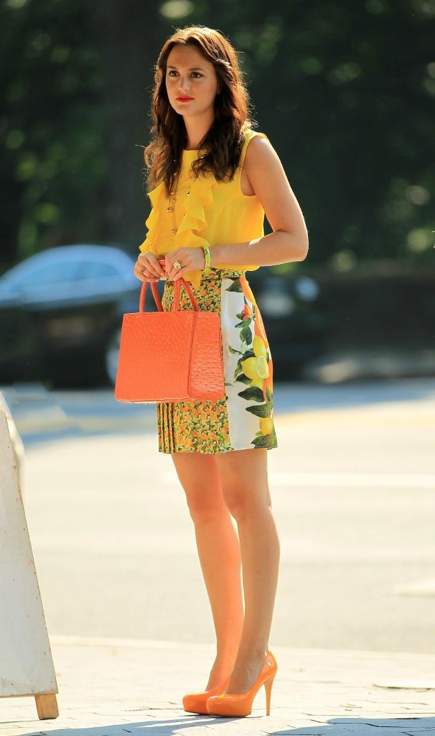 ... επιλέξει ζωηρούς χρωματικά συνδυασμούς όπως άλλωστε επιβάλλουν οι  τάσεις. H πρωταγωνίστρια φοράει Stella McCartney. Είναι η χαρακτηριστική η  φούστα που ... 3f6f411c240