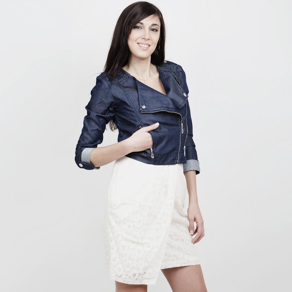 Η λευκή δαντέλα είναι ένα από τα πιο ισχυρά trends της Άνοιξης! Επένδυσε σε  μια φούστα και συνδύασέ την με ένα τζιν τζάκετ για να δώσεις στο σύνολο ένα  mix ... 47bd37b990f