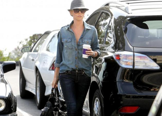 H Charlize Theron συνδυάζει τα jeans. Eσύ;