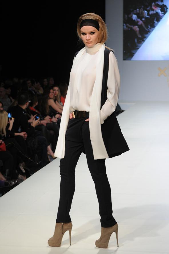 Παντελόνια στενά σε γήινες αποχρώσεις συνδυασμένα με μεταξωτά λευκά κρουαζέ  πουκάμισα που έδιναν άλλη χάρη στο μοντέλο καθώς περπατούσε στη σκηνή 1c28ab0eca1