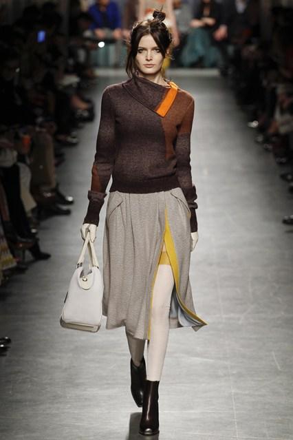 Φέτος η μόδα προστάζει πλεκτά total looks. Φόρεσε ένα μάλλινο κολάν ή  φούστα με μια αντίστοιχη πλεκτή μπλούζα και ολοκλήρωσε τα looks σου με  μακριά κασκόλ ... c10218cacff