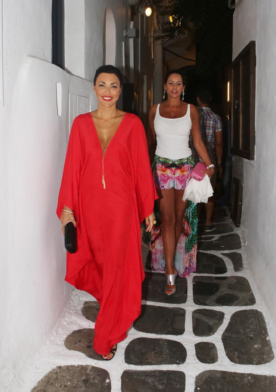 Για τη βραδινή βόλτα της στο νησί επέλεξε ένα κόκκινο maxi καφτάνι με την  υπογραφή του οίκου Ralph Lauren. Tο συνδύασε με μαύρα σανδάλια και clutch  και ... eba662558f9