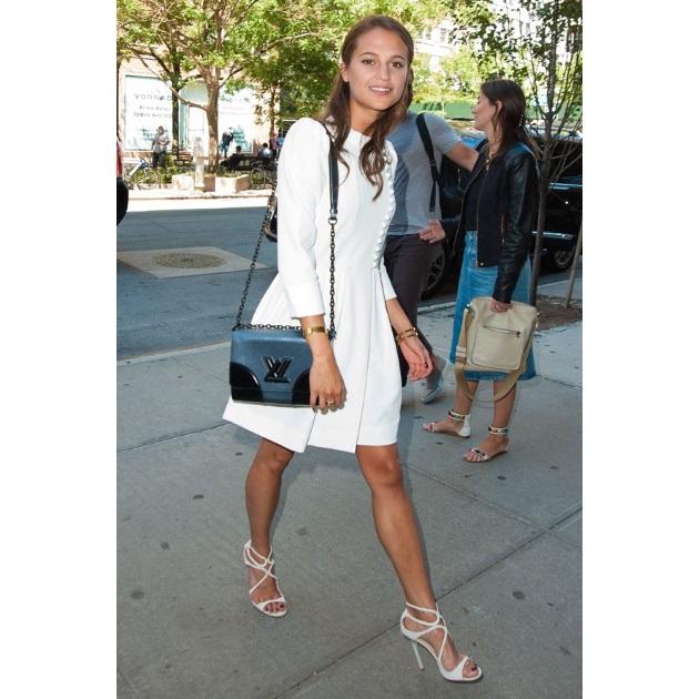 155f6339e667 Η Alicia Vikander φόρεσε ένα μίνι λευκό φόρεμα με μανίκι 3 4 με λευκά πέδιλα  και δίχρωμη τσάντα.