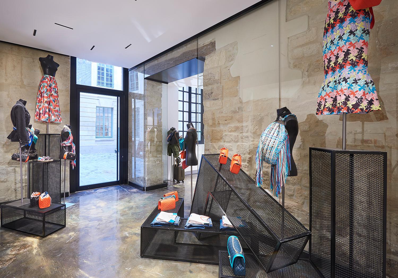 5f05ceeccb ... μόνο που από το Σάββατο διακοσμείται από τη Ready-to-Wear συλλογή του οίκου  Chanel