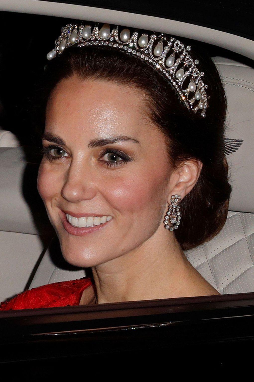 Αυτή είναι η πέμπτη φορά που η Kate έχε επιλέξει να φορέσει ένα από τα  κειμήλια της Βασίλισσας. η πρώτη ήταν στο γάμο της. 233c83531d0