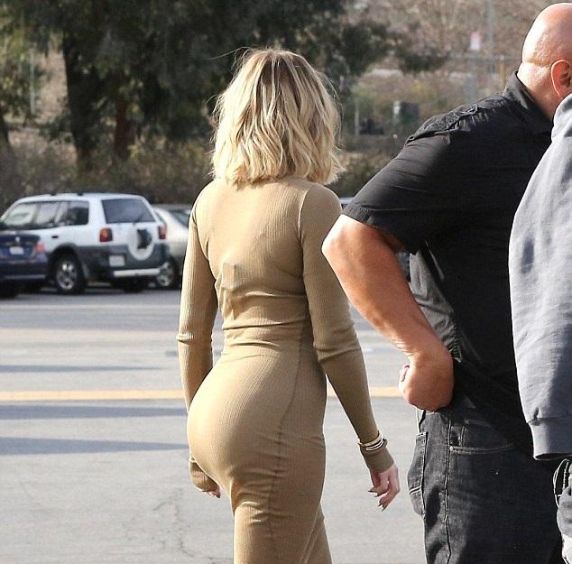 a014e9faaa9 Khloe Kardashian: Ο ήλιος αποκάλυψε τα... τεράστια εσώρουχά της! - TLIFE