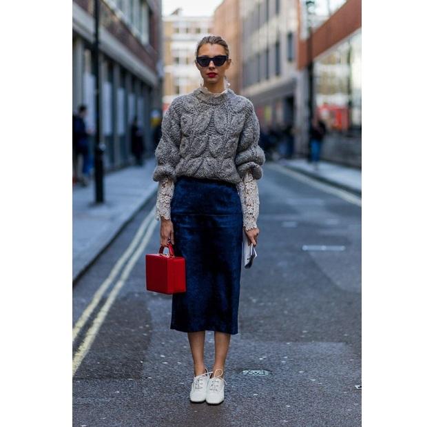 Φόρεσε μια midi pencil φούστα με ένα cropped πουλόβερ και oxfords. 06ac3d72b0d