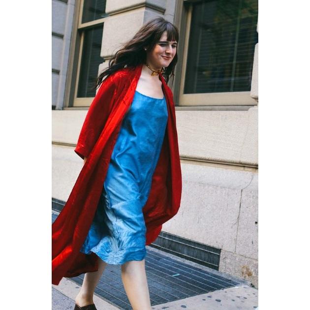 4591c7274d78 Ποιος λέει ότι πρέπει να σταματήσεις να φοράς το αγαπημένο σου slip-dress   Φόρεσέ το τώρα με ένα ελαφρύ πανωφόρι και αργότερα με ένα μάλλινο παλτό.