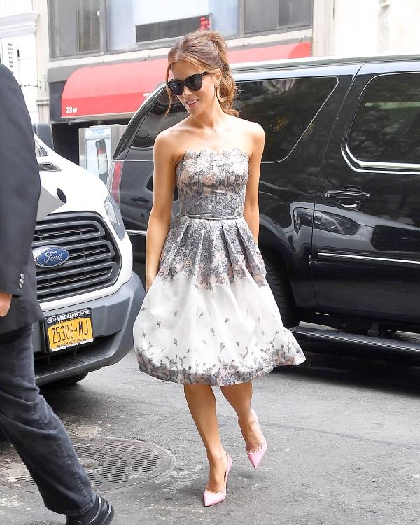 Η Chrissy Teigen φόρεσε ένα mini δαντελένιο φόρεμα Zimmermann με βαθύ  ντεκολτέ και ολοκλήρωσε lace up sandals. e2b20436f83