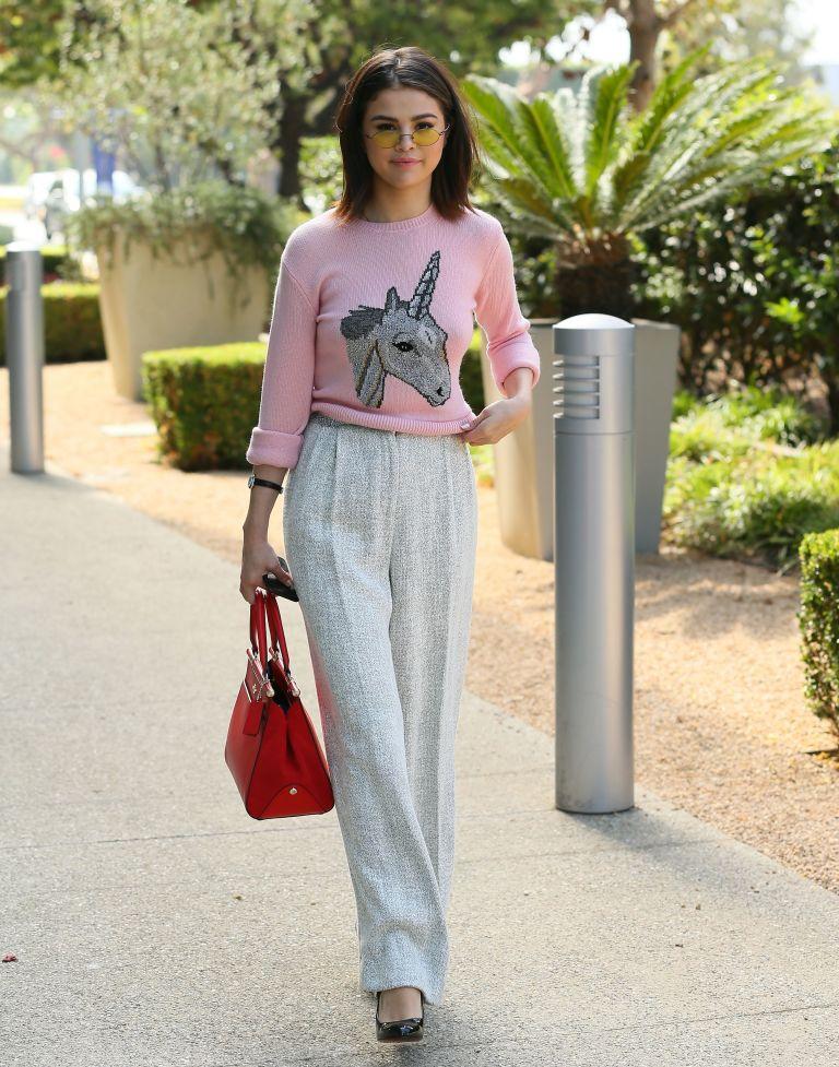 Η Selena Gomez φόρεσε τη unicorn τάση με τον πιο chic τρόπο - TLIFE 1e17eb81711
