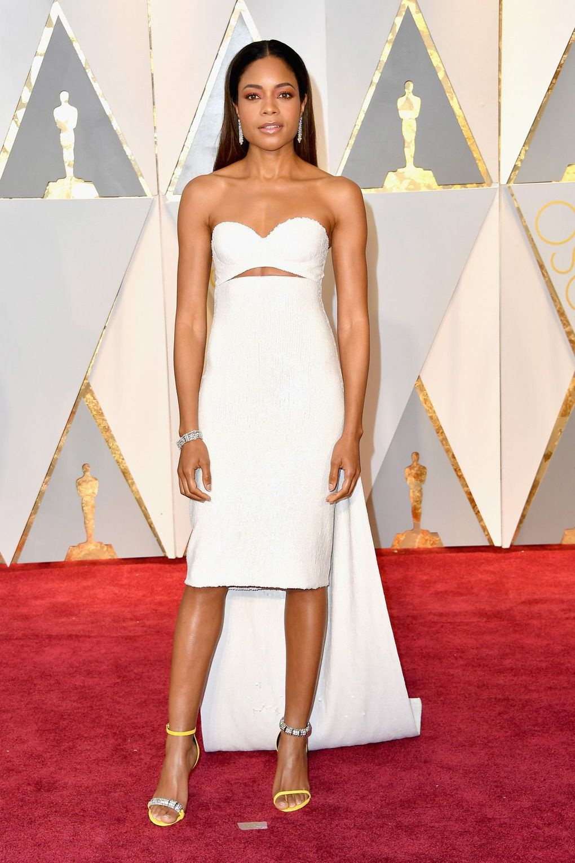 Η Naomie Harris έκανε την εμφάνισή της φορώντας ένα λευκό Calvin Klein  Collection φόρεμα. 52d35279bb7