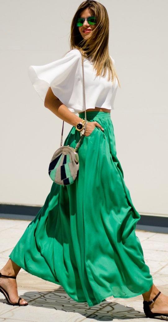 adcb36cf7aec Μπορείς να φορέσεις μια pink maxi skirt κι ένα δαντελένιο crop top σε  συνδυασμό με ένα λευκό clutch.