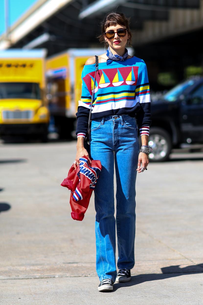 fde72df2a03a Αν είσαι λίγο funky και λίγο sporty τότε μπορείς να επιλέξεις ένα bootcau  jeans και να το συνδυάσεις με πάνινα sneakers. Μην ξεχάσεις να προσθέσεις  χρώμα ...