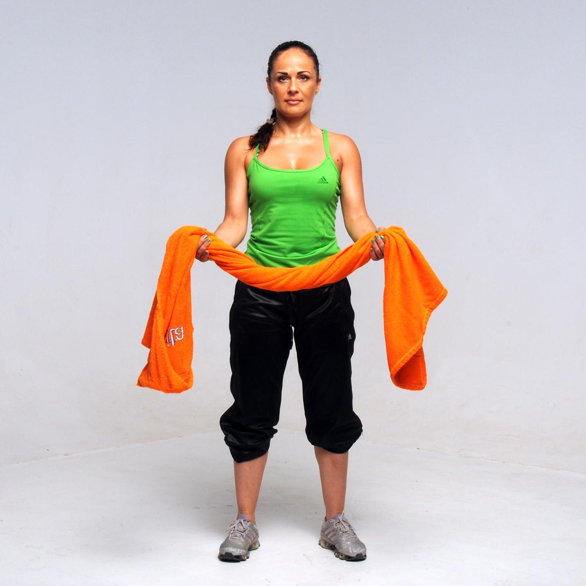 9 | Γυμνάσου με μια πετσέτα! Ασκήσεις για τέλεια χέρια...