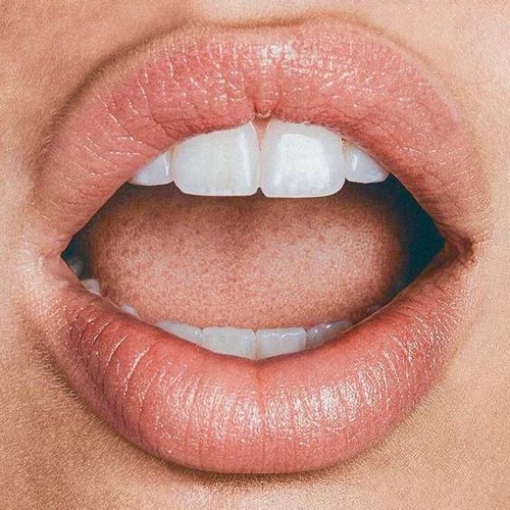 Το trick για να μεγαλώσεις τα χείλη σου χωρίς να το καταλάβει κανείς
