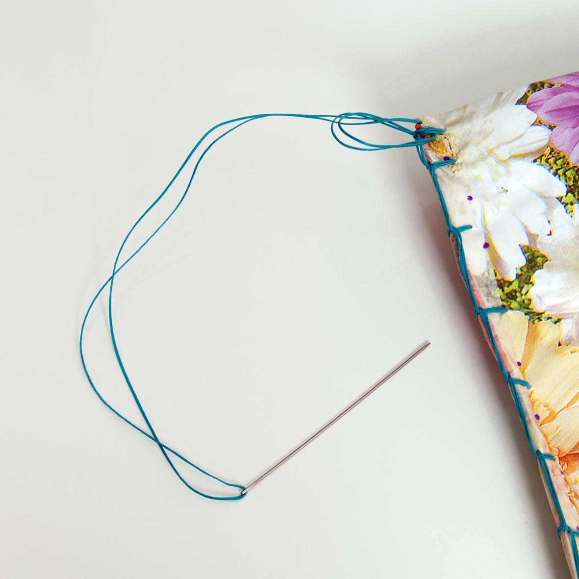 13 | Δέσε διπλά το σπάγγο στην άκρη της τσάντας