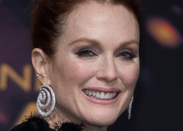 Τι είναι τα σκουλαρίκια της Julianne Moore;