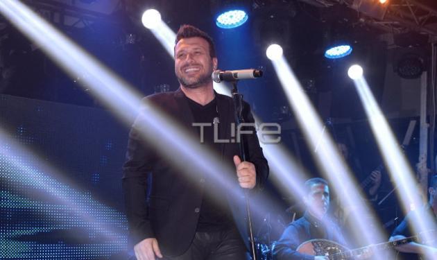 Ο Γιάννης Πλούταρχος έγινε πλατινένιος! Η σύζυγός του στην παρουσίαση του νέου του άλμπουμ | tlife.gr