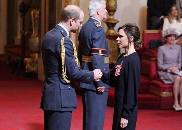Η Victoria Beckham βραβεύτηκε από τον Δούκα του Cambrige για το έργο της στο χώρο της μόδας