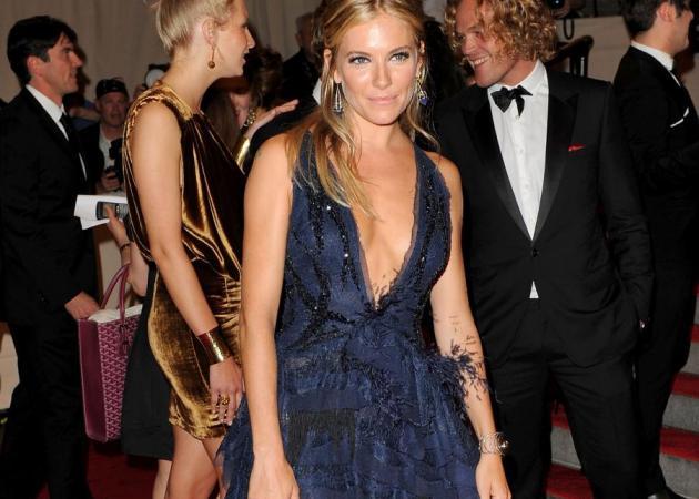 Ποια φόρεσε το ίδιο με την Sienna Miller; | tlife.gr