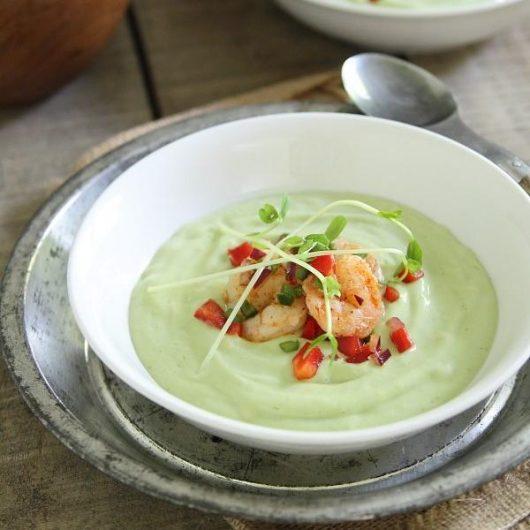 Κρύα σούπα αβοκάντο με salsa από γαρίδες | tlife.gr