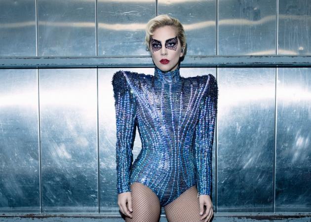 Lady Gaga: Το εντυπωσιακό look που σχεδίασε ο οίκος Versace για την εκκεντρική τραγουδίστρια!