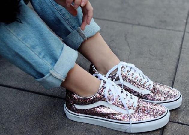 Watch & learn! Οι διάσημες σου δείχνουν πως να συνδυάσεις τα αγαπημένα σου sneakers