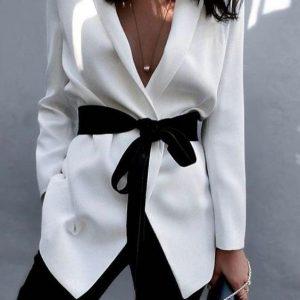 Το styling tip που θα κάνει το λευκό σου σακάκι να δείχνει… εντελώς διαφορετικό!