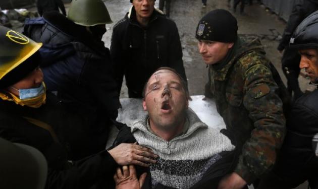 Πυροβολούν στο ψαχνό! Video σοκ από τη στιγμή που ελεύθεροι σκοπευτές «εκτελούν» διαδηλωτές στο Κίεβο | tlife.gr