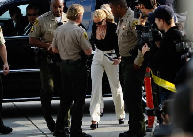 Η Lindsay Lohan στο δικαστήριο με Chanel