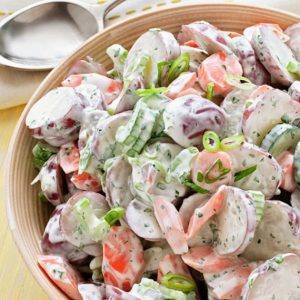 Δροσερή πατατοσαλάτα με σέλερι και αγγούρι σε dressing γιαουρτιού