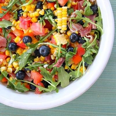 Σαλάτα με προσούτο, καλαμπόκι και blueberries | tlife.gr
