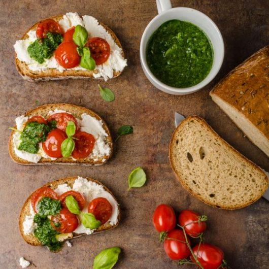 Μπρουσκέτες με ρικότα, pesto και τοματίνια | tlife.gr