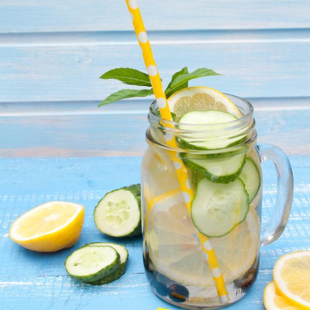 Αρωματικό νερό με λεμόνι, αγγούρι και δυόσμο