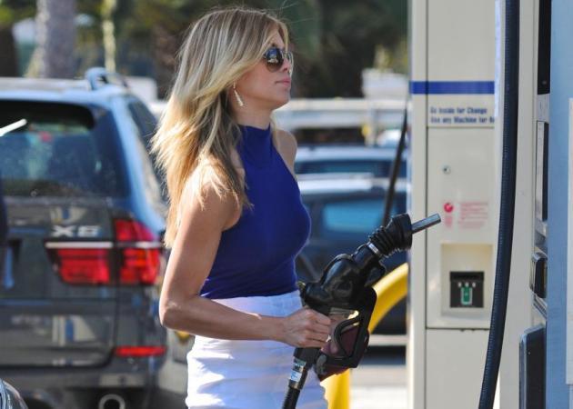 Τι φοράνε οι σταρ όταν βάζουν βενζίνη; Ψηλοτάκουνα; | tlife.gr