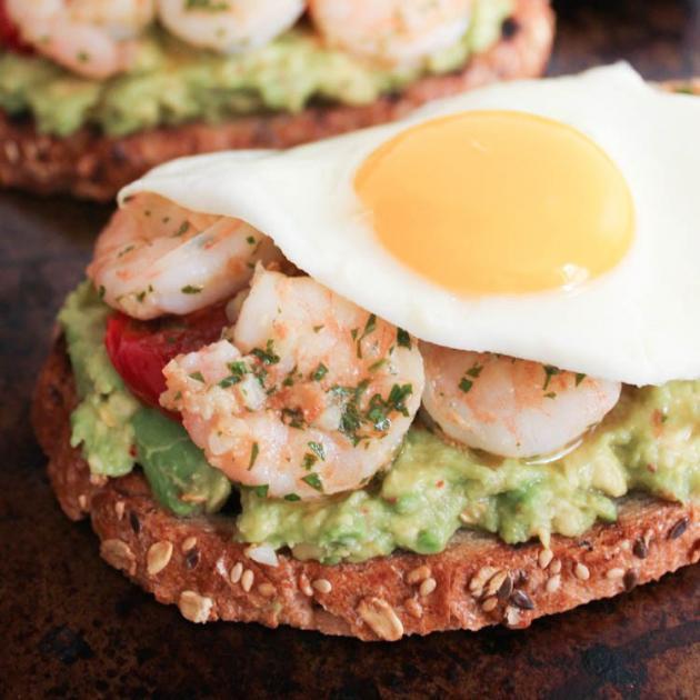 Μπρουσκέτες με αβοκάντο, αυγά και γαρίδες