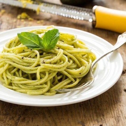 Ζυμαρικά με pesto αβοκάντο και ξύσμα λεμονιού | tlife.gr