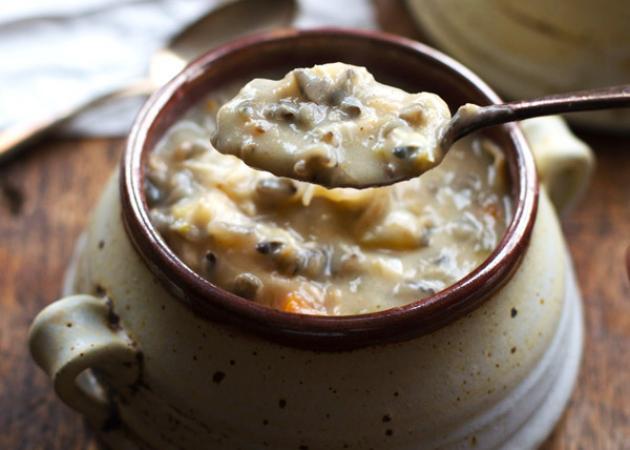 Light συνταγή: Κρεμώδης σούπα με κοτόπουλο και άγριο ρύζι