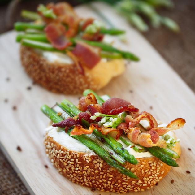 Μπρουσκέτες με σπαράγγια μπέικον γαλοπούλας και τυρί κρέμα