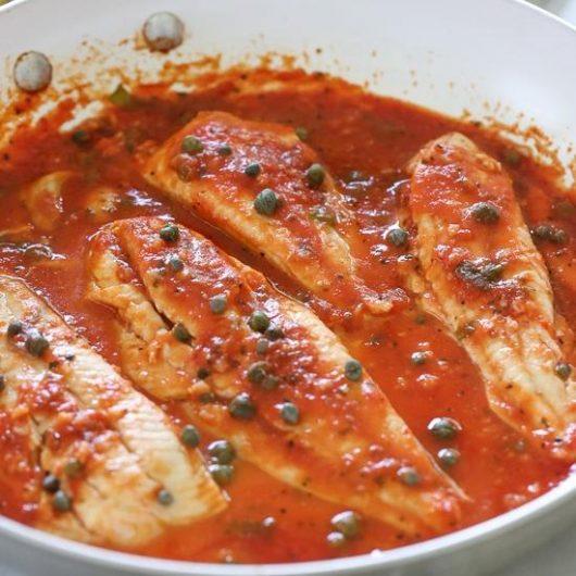 Μπακαλιάρος με κόκκινη σάλτσα και κάπαρη | tlife.gr