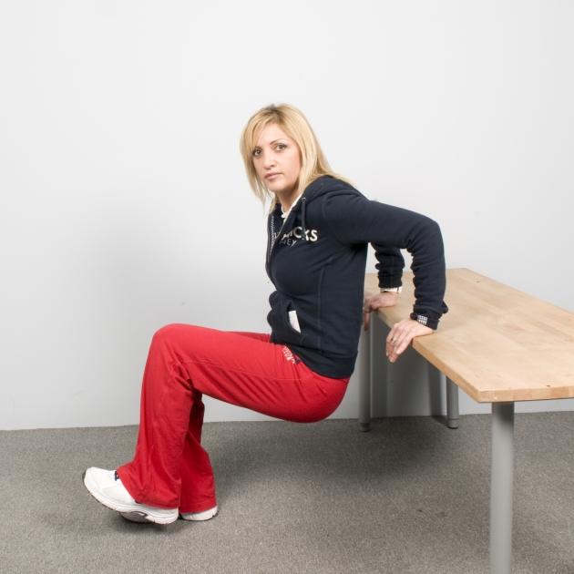 9   Άσκηση για τους τρικέφαλους. Στηριζόμενη στα χέρια με πλάτη στο τραπέζι Μέρος Πρώτο
