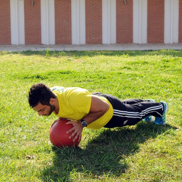 8 | Κάμψεις με τα δύο χέρια επάνω στη μπάλα Μέρος Δεύτερο