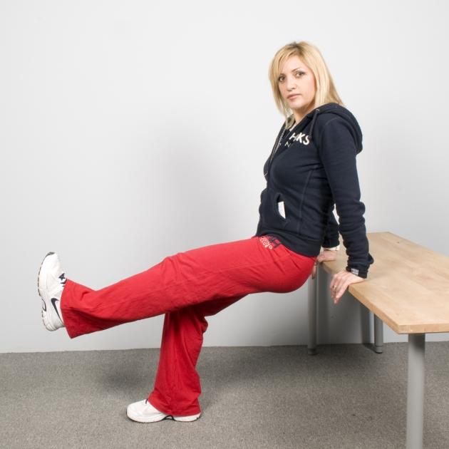 10   Άσκηση για τους τρικέφαλους. Στηριζόμενη στα χέρια με πλάτη στο τραπέζι Μέρος Δεύτερο