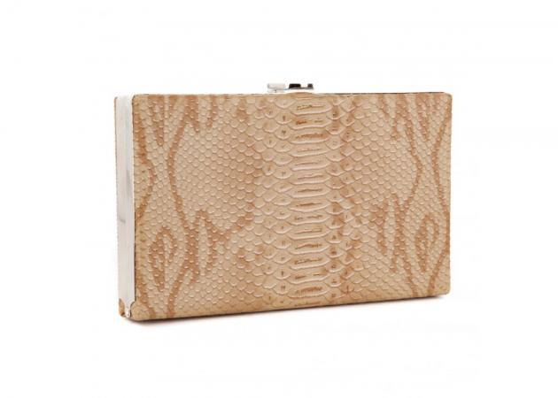 Μπεζ clutch bag: Το απόλυτο «must have» | tlife.gr