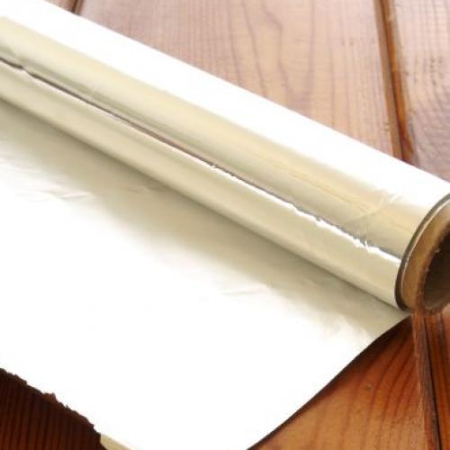 1 | Tip no 1: Βάλε κομμάτια παγωμένου αλουμινόχαρτου στο πρόσωπό σου!