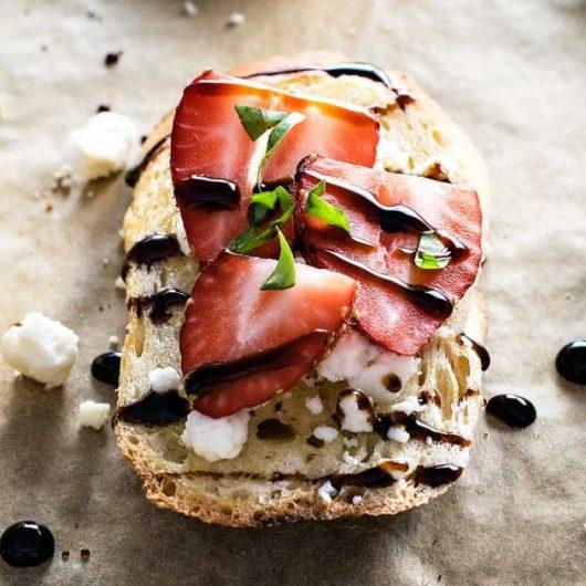 Μπρουσκέτες με τυρί, φράουλες και βαλσάμικο | tlife.gr