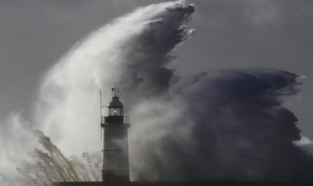 Φονική θύελλα σαρώνει τη δυτική Ευρώπη – Νεκρή 17χρονη στη Βρετανία, αγνοείται 14χρονος